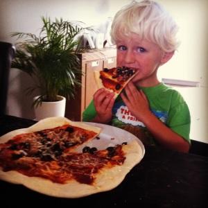 Nolan met zijn pizza